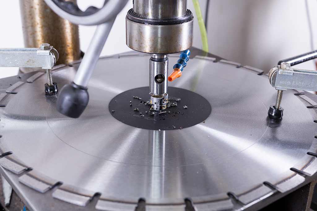 Anfertigung einer Sonderbohrung in Diamanttrennscheibe